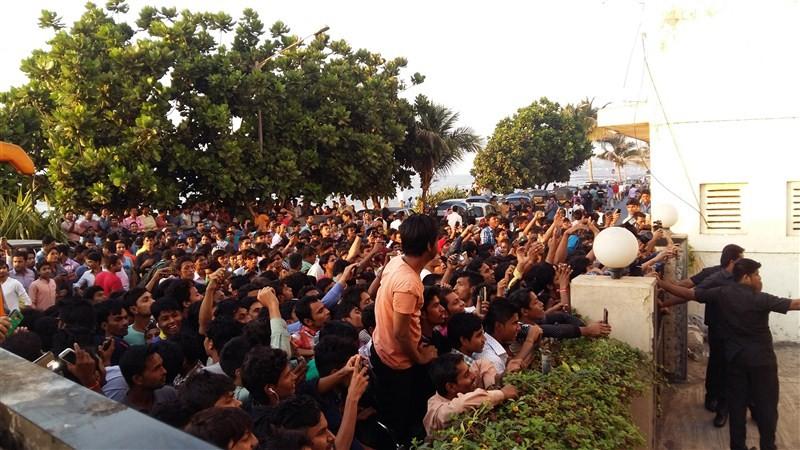 Aditya Roy Kapur,Aditya Roy,aditya roy kapur katrina kaif,Fitoor,Aditya Roy Kapur's fan goes on knees to propose