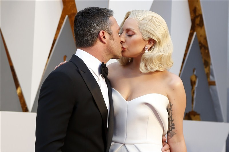 Celebrity Couples,Celebrity Couples at Oscars 2016,Couples at Oscars 2016,Oscars 2016,Oscars awards,Oscars awards 2016,oscars awards 2015,Lady Gaga,Taylor Kinney,88th Academy Awards,Kate Winslet,Steve Jobs,Christian Bale