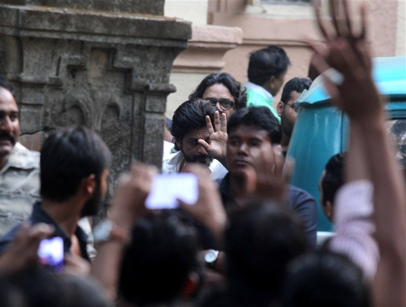 Shah Rukh Khan,Mahira Khan,Shah Rukh Khan and Mahira Khan,Shah Rukh Khan on Raees,Shah Rukh Khan on Raees sets,Raees,bollywood movie Raees,shah rukh khan raees,srk raees,raees shooting,shah rukh raees,Raees Release Date