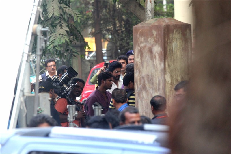 Shah Rukh Khan,Mahira Khan,Shah Rukh Khan and Mahira Khan,Shah Rukh Khan on Raees,Shah Rukh Khan on Raees sets,Raees,bollywood movie Raees,shah rukh khan raees,srk raees,raees shooting,shah rukh raees,Raees Release Date