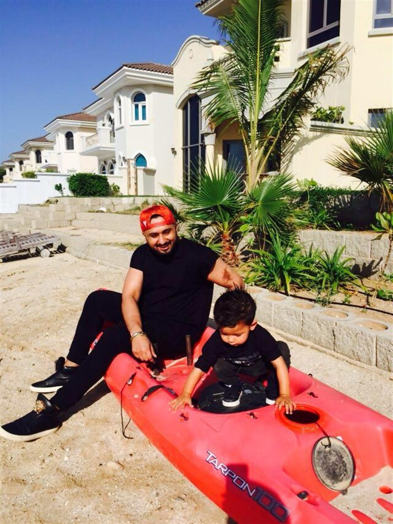 A relaxed Honey Singh is seen having a good time with his cute little nephew, Keyaan.