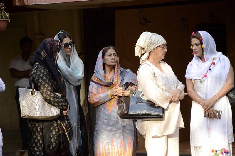 Vindu Dara Singh,Dara Singh,Surjit Kaur Randhawa,Late wrestler-actor Dara Singh,Shaad Randhawa,Farah Naaz,Tabu,Pooja Bedi,Dina Umarova,Sheeba,Vindu Dara Singh's mother's funeral,Vindu Dara Singh's mother's funeral pics,Vindu Dara Singh