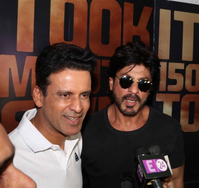 Shah Rukh Khan,Shah Rukh Khan meets Manoj Bajpayee,Shah Rukh Khan meets Manoj Bajpayee at mehboob studio,Manoj Bajpayee,SRK,Shahrukh Khan,Shah Rukh Khan pics,Shah Rukh Khan images,Shah Rukh Khan photos,Shah Rukh Khan pictures