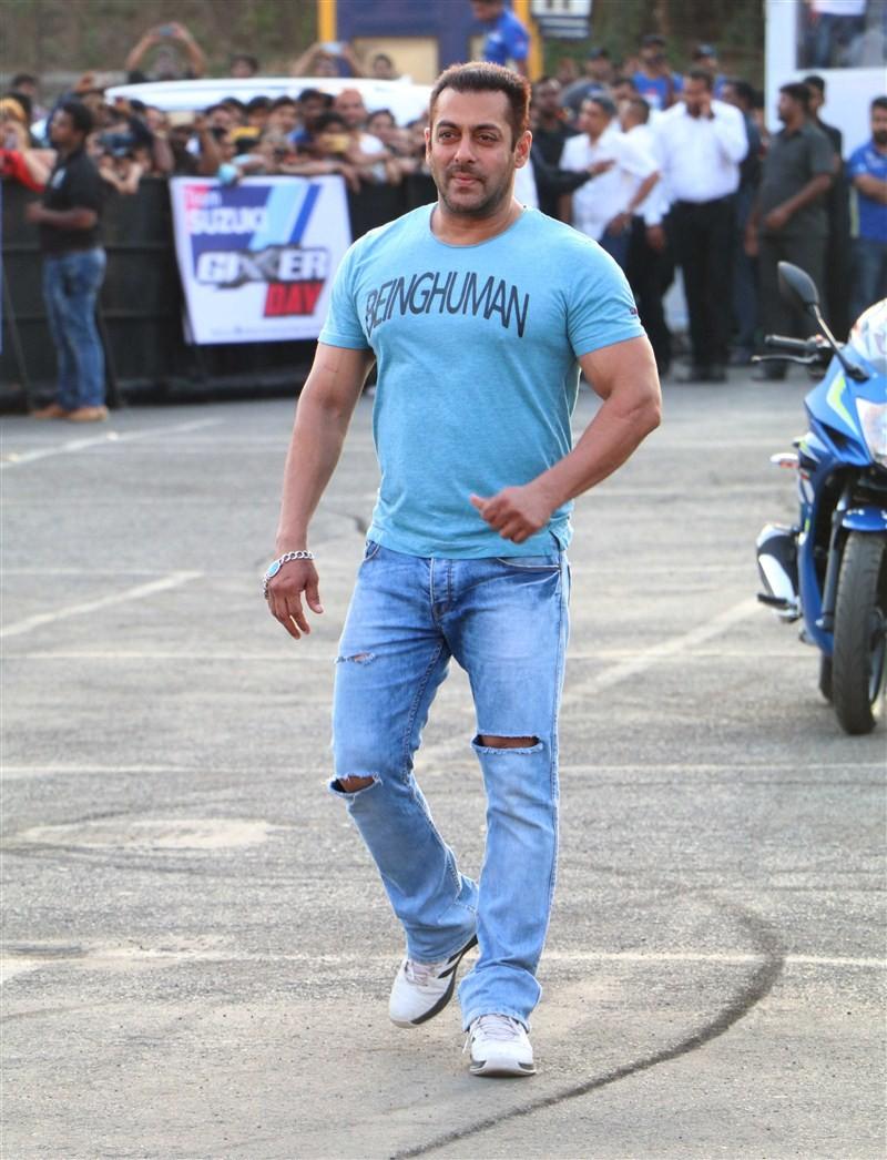 Salman Khan,Aras Gibieza,Salman Khan promotes Suzuki Gixxer,Suzuki Gixxer,Aras Gibieza promotes Suzuki Gixxer,Gixxer,Salman Khan pics,Salman Khan images,Salman Khan stills,Salman Khan pictures