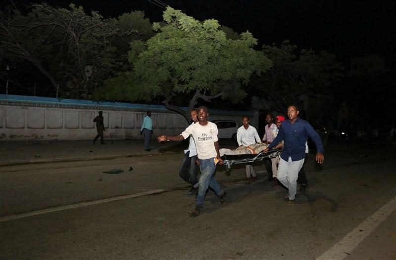 Mogadishu hotel,Car bomb strikes Mogadishu hotel,Somali capital,suicide car bombing,Suicide Bombing,Al Shabaab,Al Shabaab car bomber strikes hotel in Somali capital