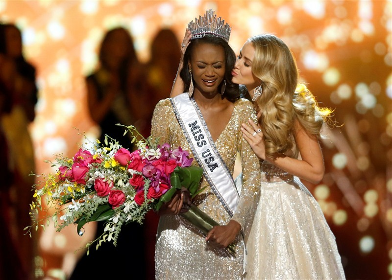 Miss District of Columbia Deshauna Barber wowed the judges with her beauty, talents and intelligence at Sunday night's annual beauty pageant broadcast in Las Vegas.