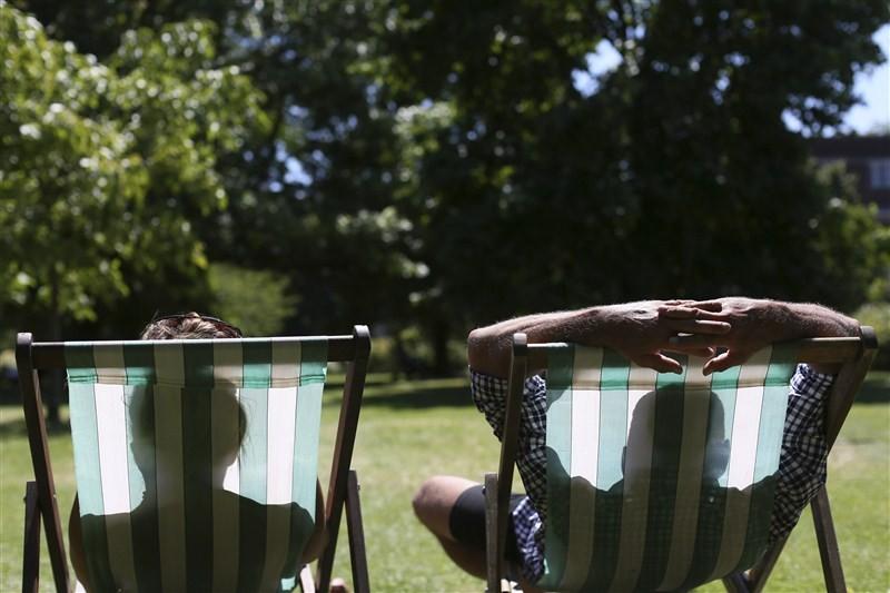 Britain heats up,Britain heats,Britain heat wave,Britons outdoors,Heat wave,heat wave in Britain,Heat Wave across Britain,Heat Wave in Britain
