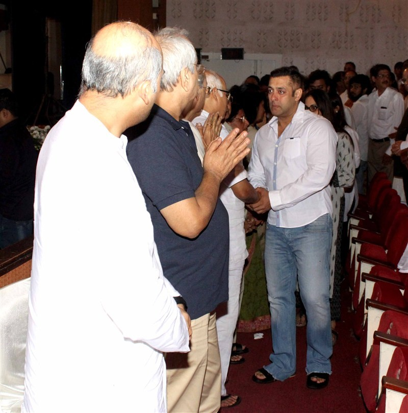 Salman Khan,Rajjat Barjatya Prayer Meet,Salman Khan crying at Rajjat Barjatya's Prayer Meet,Salman Khan crying,Salman Khan dreaks down,Rajjat Barjatya's Prayer Meet pics,Rajjat Barjatya's Prayer Meet images
