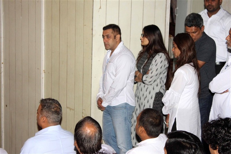 Salman Khan,Rajjat Barjatya Prayer Meet,Salman Khan crying at Rajjat Barjatya's Prayer Meet,Salman Khan crying,Salman Khan dreaks down,Rajjat Barjatya's Prayer Meet pics,Rajjat Barjatya's Prayer Meet images
