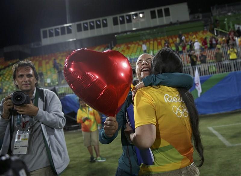 Isadora Cerullo,Marjorie Enya,Marjorie Enya and Isadora Cerullo,Marjorie Enya kissed Isadora Cerullo,Marjorie Enya kisses Isadora Cerullo,Rio Olympics 2016,Rio Olympics,Rio 2016,Rio medal ceremony