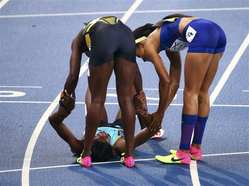 Shaunae Miller of the Bahamas launched herself over the finishing line to beat Allyson Felix to the women's Olympic 400 meters gold medal.