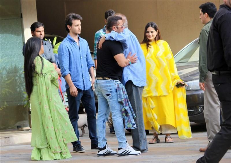 Salman Khan,Salman Khan celebrates Raksha Bandhan,Iulia Vantur,Salman Khan girl friend Iulia Vantur,Khan-daan,Being Bhai