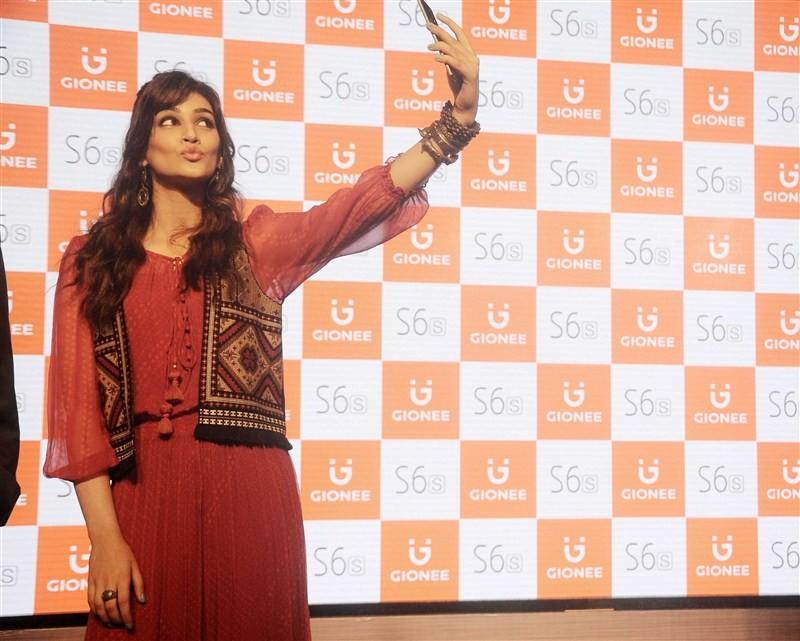 Kriti Sanon,Kriti Sanon launches Gionee S6s,Gionee S6s Smartphone,Gionee S6s,Kriti Sanon launches Smartphone,actress Kriti Sanon,Kriti Sanon latest pics,Kriti Sanon latest images,Kriti Sanon latest photos,Kriti Sanon latest stills,Kriti Sanon latest pictu