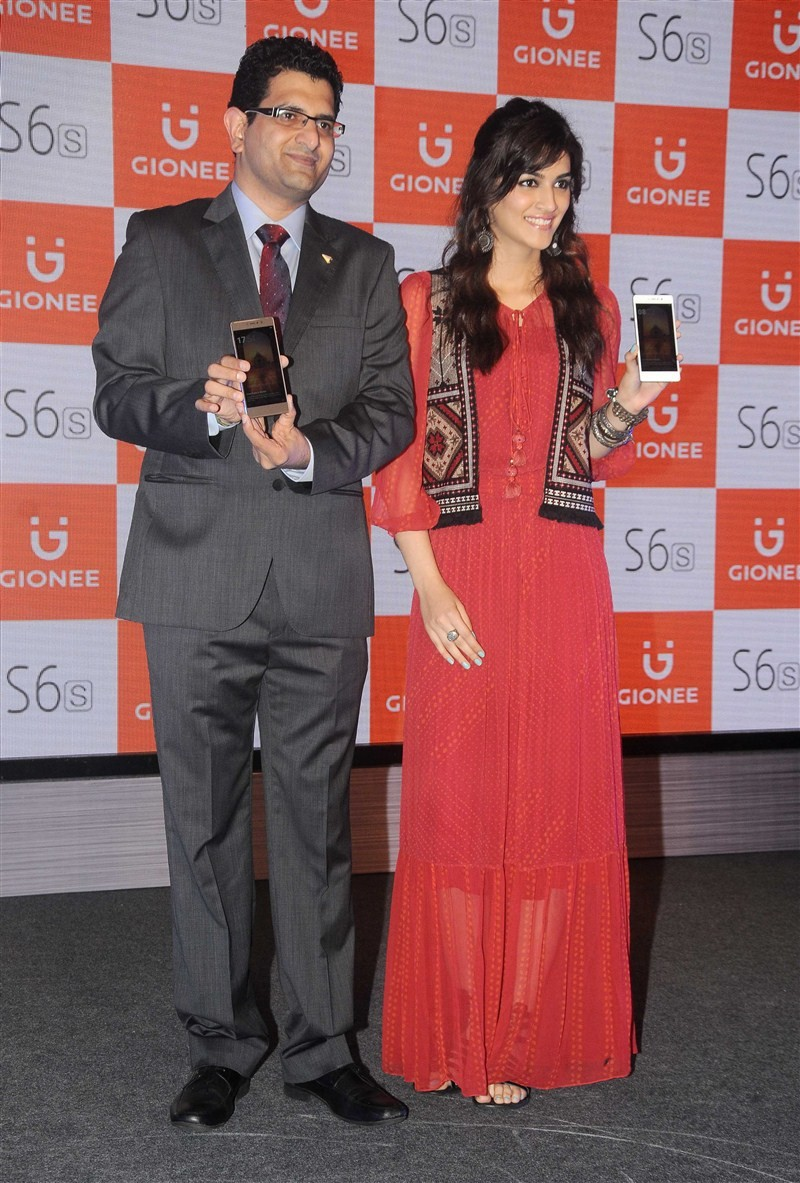 Bollywood actress Kriti Sanon launches 'Gionee' S6s Smartphone.
