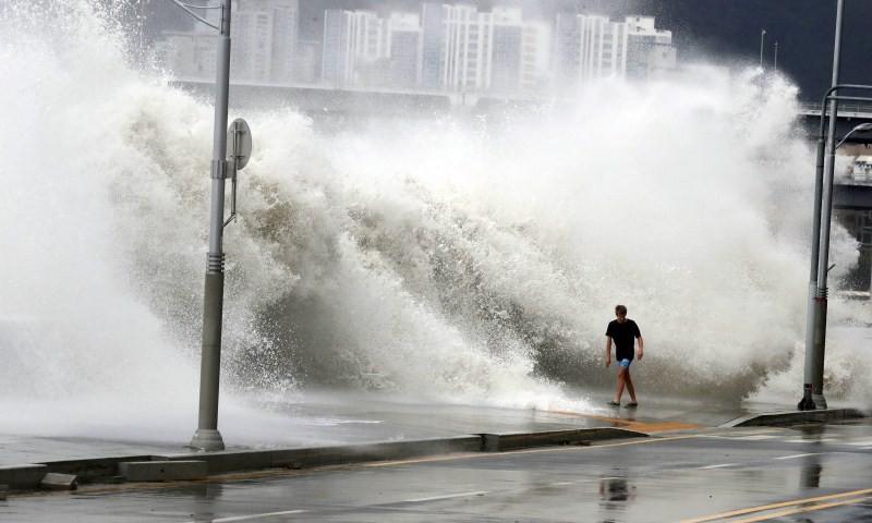 Typhoon Chaba,Typhoon Chaba batters South Korea,Typhoon Chaba hits South Korea,heavy rain in South Korea,flooding in South Korea,Typhoon Chaba batters South Korea and heads to Japan,Typhoon Chaba photos,Typhoon Chaba pics,Typhoon Chaba images,Typhoon Chab