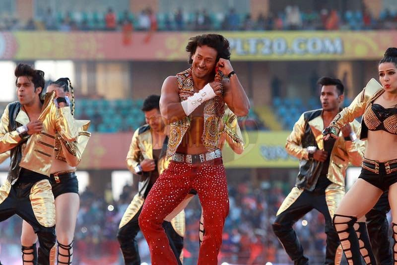 Tiger Shroff,actor Tiger Shroff,Tiger Shroff  dance performance,Tiger Shroff  dance performance at IPL,IPL opening ceremony,IPL opening ceremony 2017,Aa raha hu main,Tiger Shroff enthralls the crowd