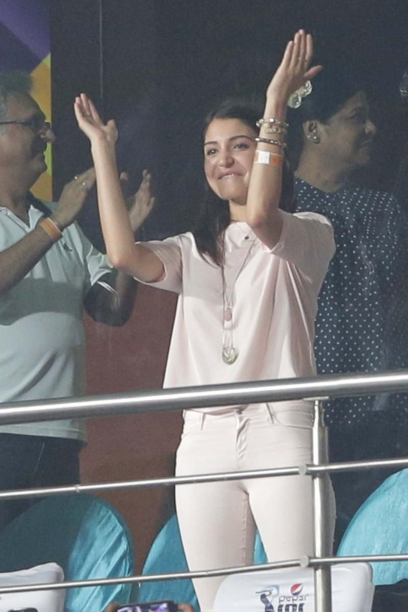 Anushka Sharma Cheering For RCB During The IPL Match,Anushka Sharma,actress Anushka Sharma,Anushka Sharma and virat kohli,virat kohli,ipl,Royal Challengers Bangalore