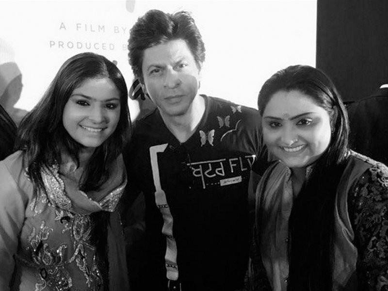 Shah Rukh Khan,Jab Harry Met Sejal,SRK,SRK with Nooran sisters,Shah Rukh Khan selfie,Shah Rukh Khan selfie pics,Shah Rukh Khan selfie images,Shah Rukh Khan selfie stills,Shah Rukh Khan selfie pictures,Shah Rukh Khan selfie photos