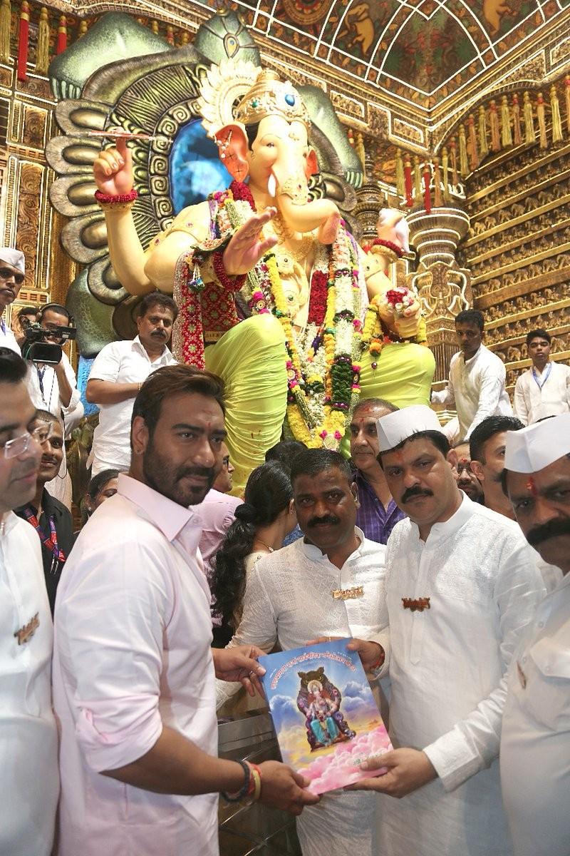 Ajay Devgn,Ajay Devgn seeks blessings,Ganesh Chaturthi,Ganesh Chaturthi 2017,Ajay Devgn Ganesh Chaturthi,Lalbaugcha Raja