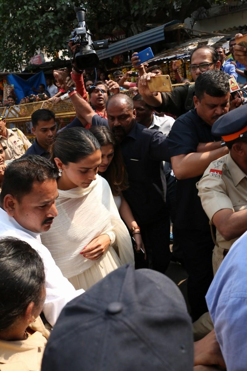 Deepika Padukone,actress Deepika Padukone,Padmaavat,padmaavat release,Deepika Padukone visits Siddhivinayak temple,Siddhivinayak temple