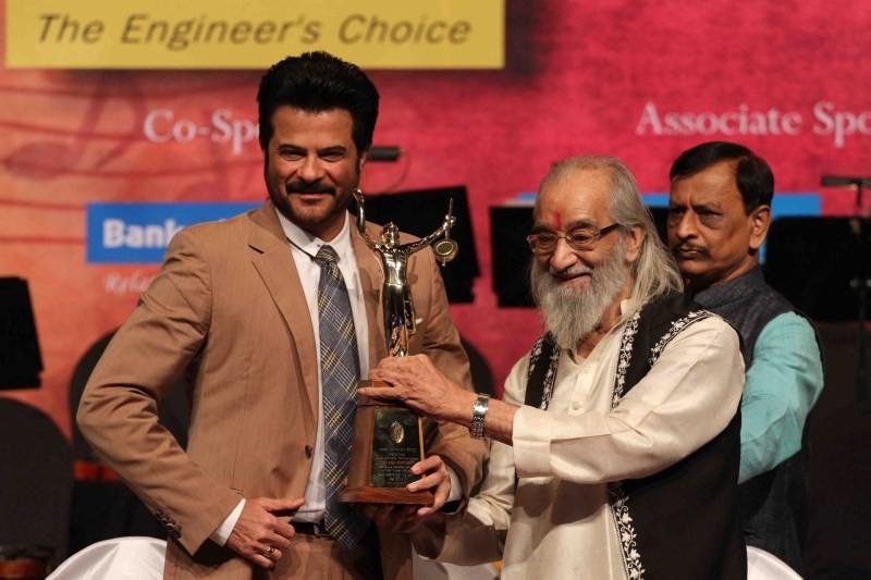 Master Dinanath Mangeshkar Awards 2015,Master Dinanath Mangeshkar Awards,Anil Kapoor,Pt Suresh Talvalkar,Dilip Prabhavalkar,actor Anil Kapoor,Anil Kapoor receive Master Dinanath Mangeshkar Awards
