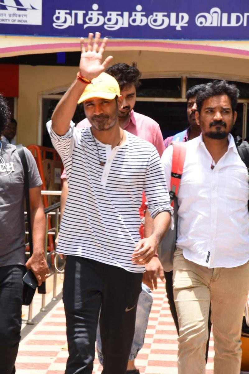 Dhanush,Dhanush at Thuthukudi airport,Thuthukudi airport,Dhanush new pics,Dhanush new images,Dhanush new stills,Dhanush new pictures,Enai Noki Paayum Thota,maari 2,Maari 2 actor