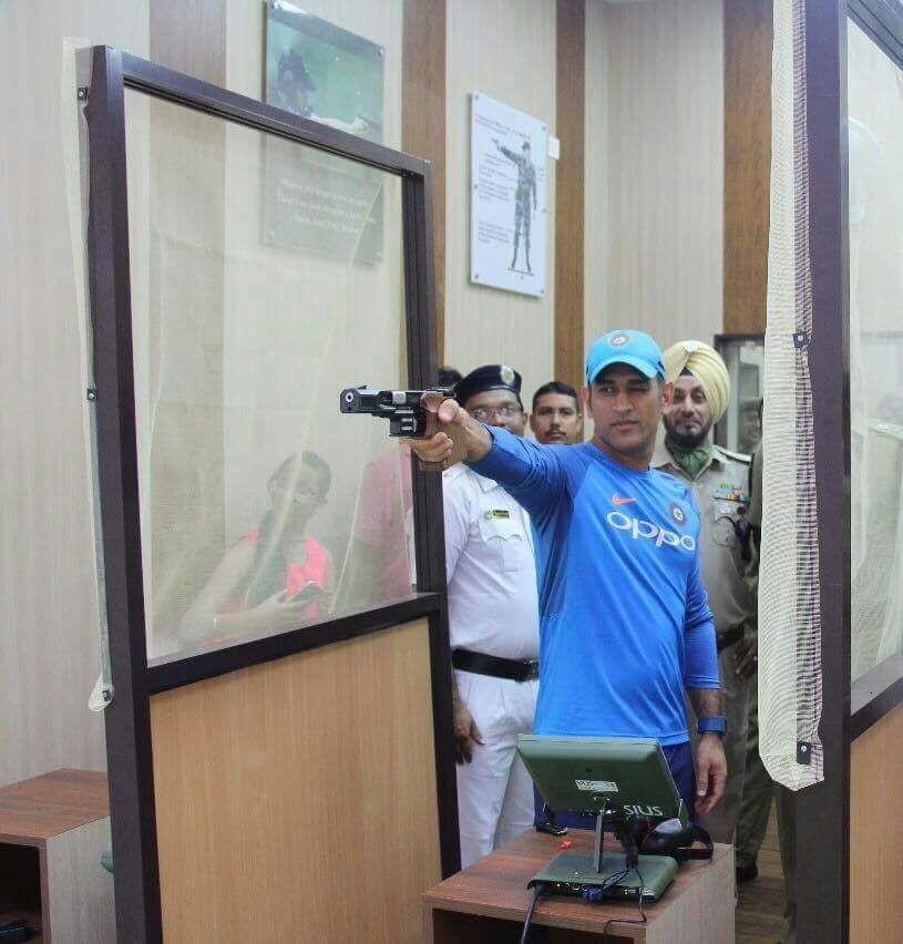 MS Dhoni,Dhoni,Mahendra Singh Dhoni,Dhoni pays visit to Kolkata Police Training School,Kolkata Police Training School,Dhoni at Kolkata Police Training School,Dhoni at shooting session