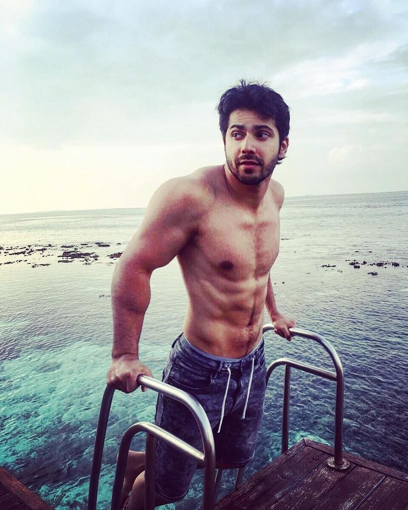 Varun Dhawan,Varun Dhawan abs,Varun Dhawan flaunts his abs,Varun Dhawan flaunts his ripped body