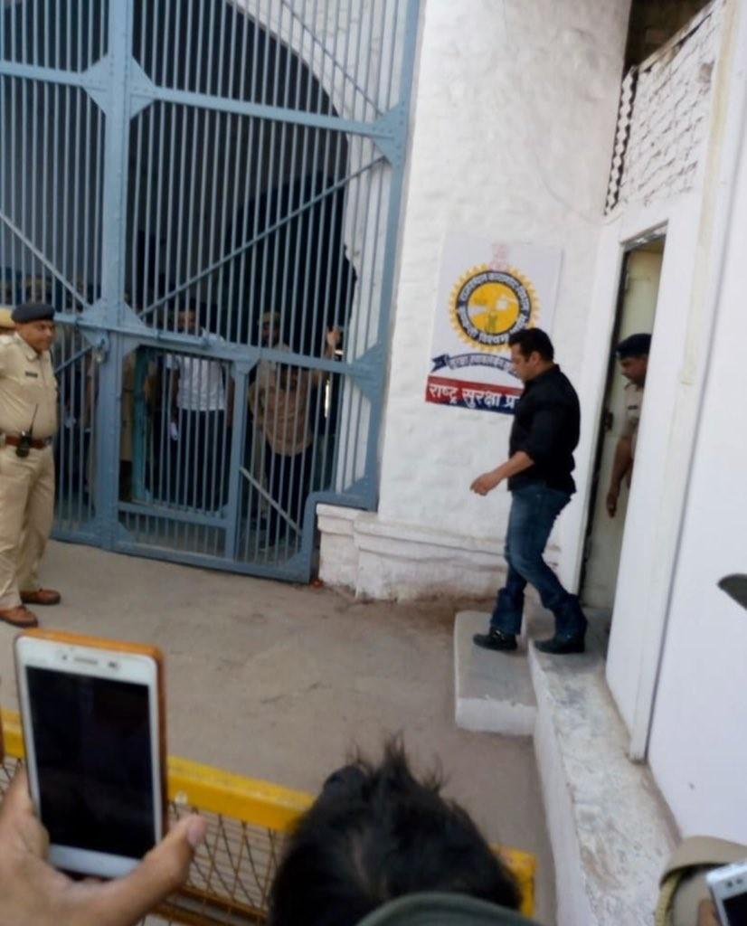 Salman Khan,Salman Khan reaches Jodhpur central jail,Salman Khan reaches central jail,Salman Khan at central jail,Blackbuck poaching case,salman khan Blackbuck poaching case