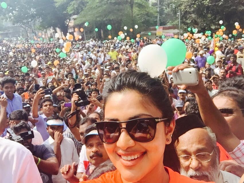 Amala Paul's mass selfie during 'Run Kerala Run'