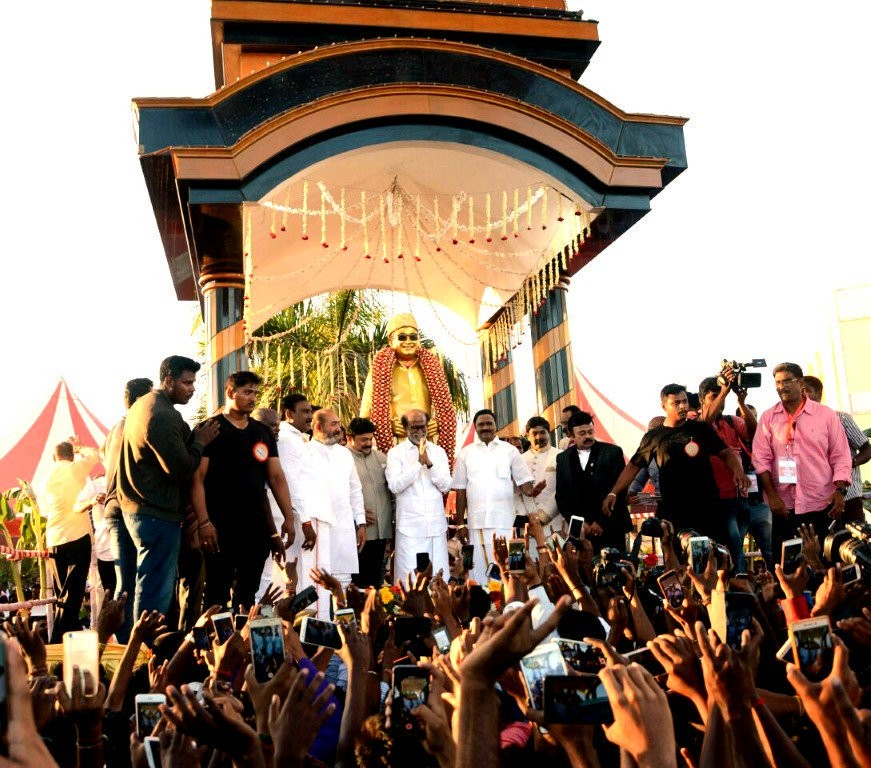 Rajinikanth,Superstar Rajinikanth,Rajinikanth in politics,Rajinikanth unveils MGR statue,MGR statue,MGR statue pics,MGR statue images