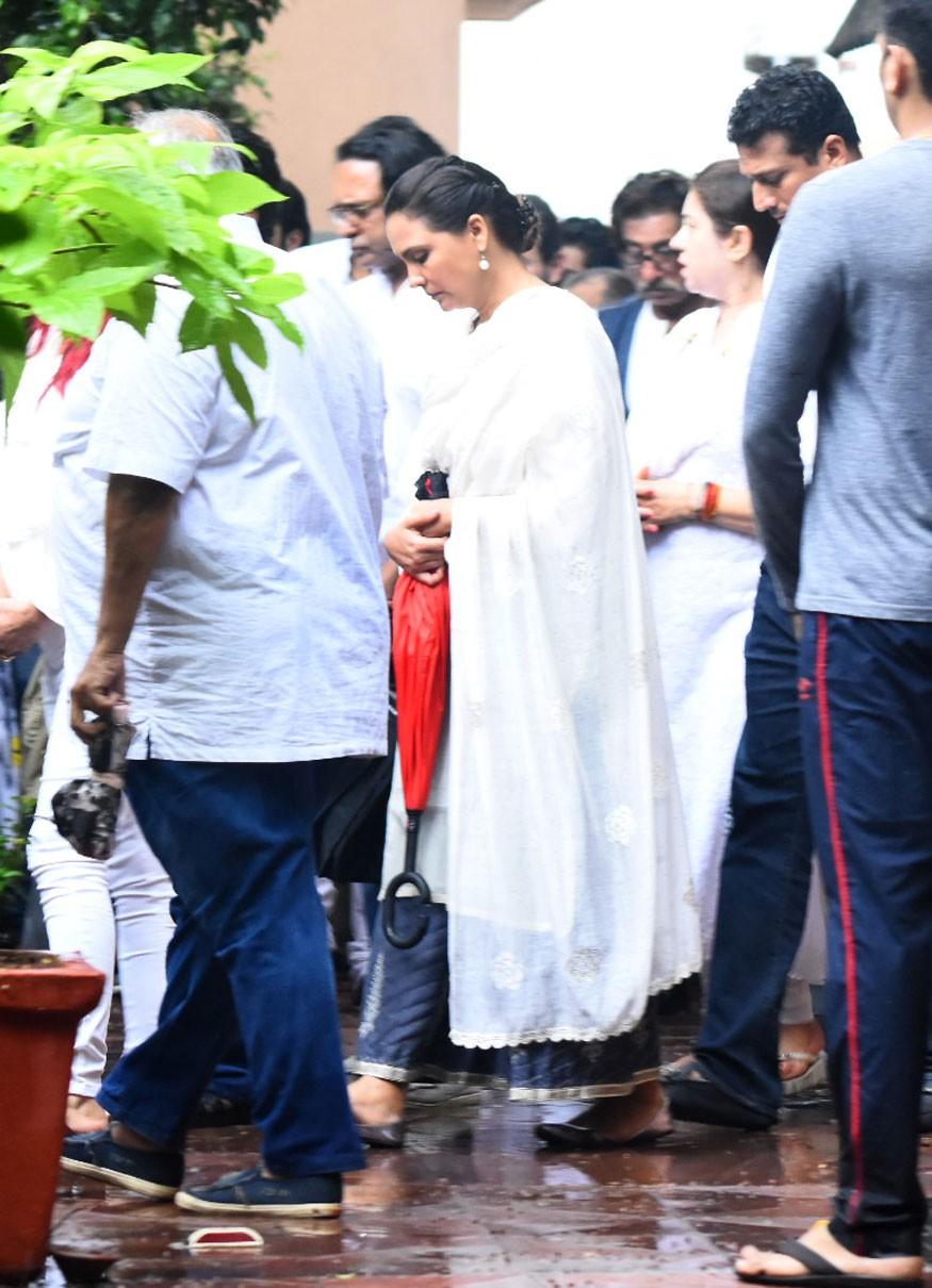 Shashi Kapoor's funeral,Shashi Kapoor funeral,Jackie Shroff,Lara Dutta,Rishi Kapoor,Randhir Kapoor,Shashi Kapoor funeral pics,Shashi Kapoor funeral images,Shashi Kapoor funeral stills,Shashi Kapoor funeral pictures,Shashi Kapoor funeral photos