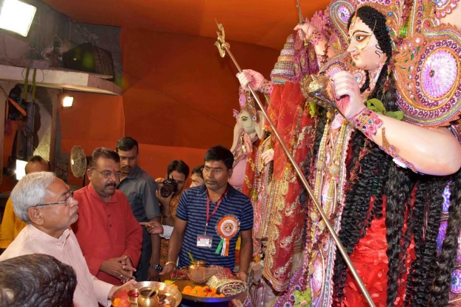 Nitish Kumar,CM Nitish Kumar,Nitish Kumar at Chhoti Patan Devi Temple,Chhoti Patan Devi Temple,Maha Navami,Nitish Kumar performs aarti,Maha Navami celebration,Maha Navami celebration pics,Maha Navami celebration images,Maha Navami celebration stills