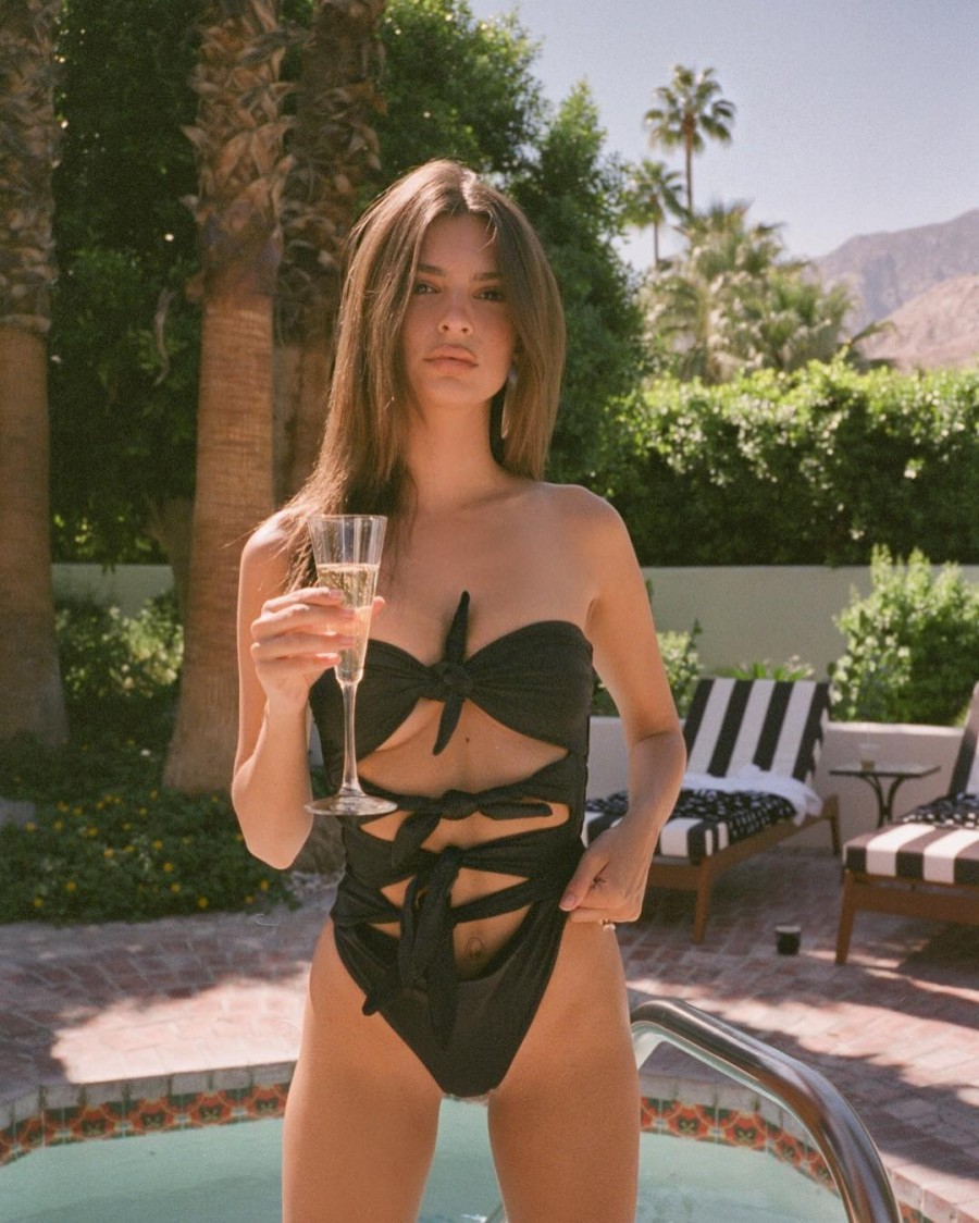 Emily Ratajkowski Flaunts Her Gym-Honed Figure In Swimwear -2985