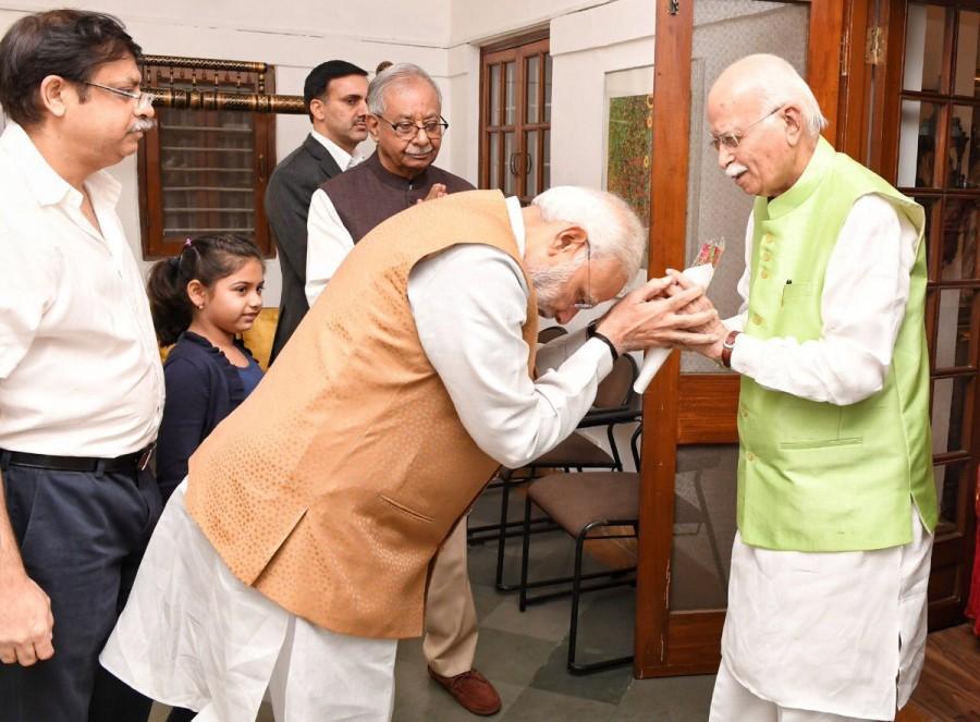 Narendra Modi,Narendra Modi visits LK Advani,LK Advani,LK Advani birthday,LK Advani 91st birthday,Modi wishes LK Advani