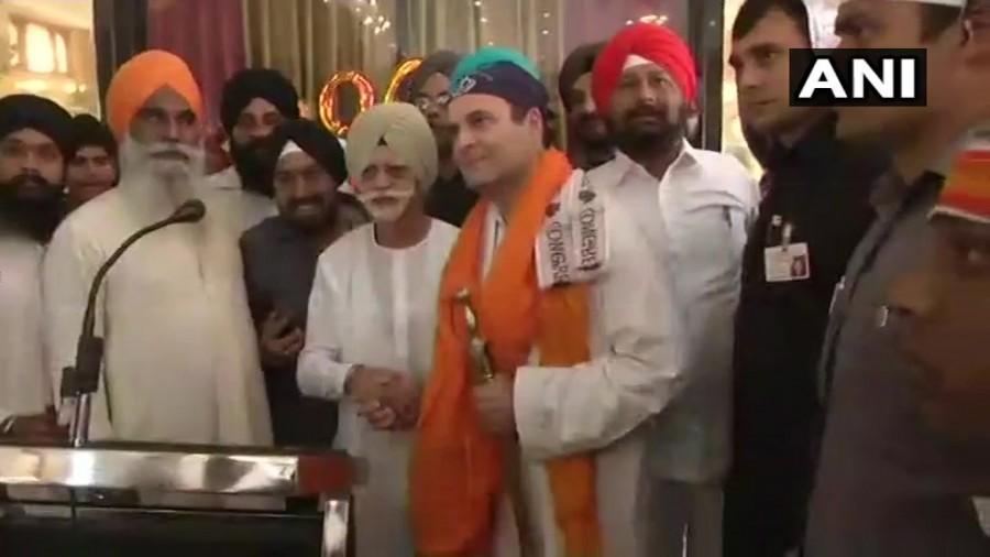 Congress president Rahul Gandhi,Rahul Gandhi,Rahul Gandhi at Darbar Sahib Gurudwara,Rahul Gandhi at Gurudwara,Sahib Gurudwara in Rajnandgaon,Sahib Gurudwara