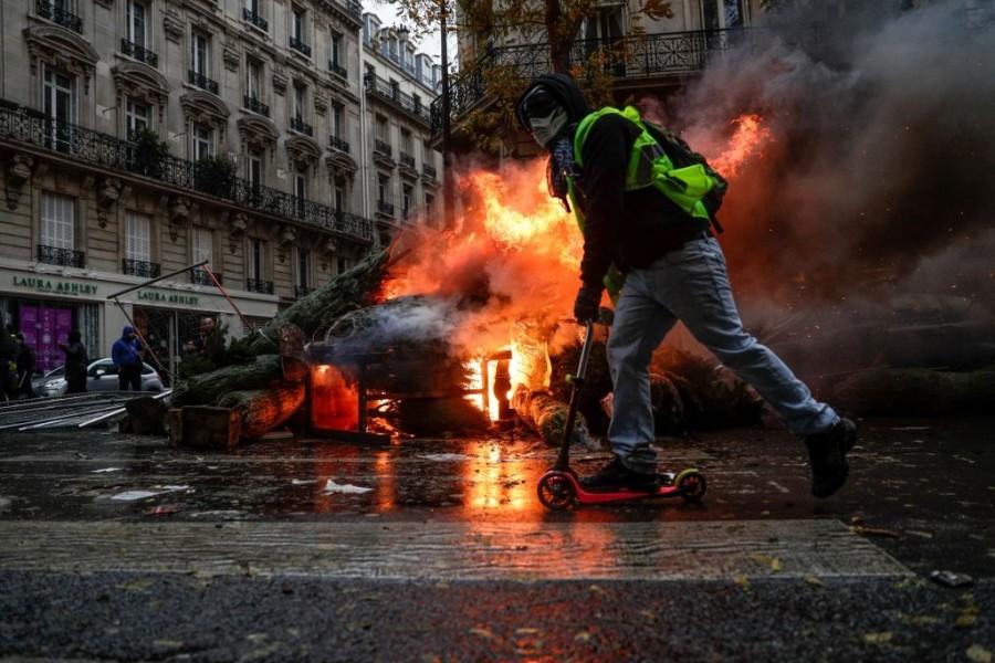 Gilet Jaunes,France Riots,Fuel Issue in France,Emmanuel Macron,Macron La Republique En Marche,riots in france,riots in paris,Paris riots