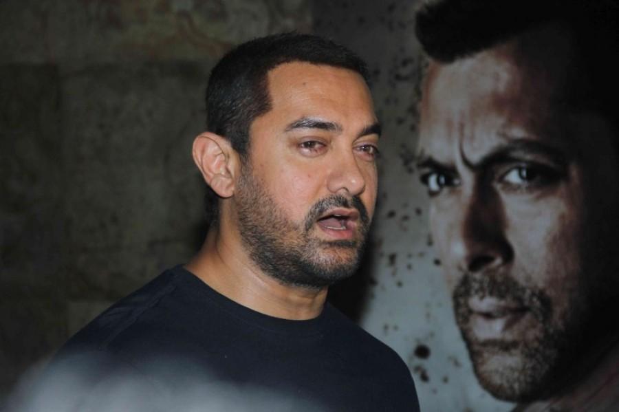 Salman Khan's Bajrangi Bhaijaan makes Aamir Khan to Cry,Aamir Khan Crying,Aamir Khan,Salman Khan,Bajrangi Bhaijaan,Bajrangi Bhaijaan special screening