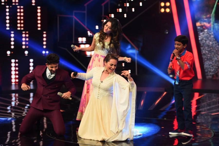 Sonakshi Sinha,Sonakshi Sinha in indian idol junior,indian idol junior,indian idol junior sonakshi,sonakshi performs in IIJ,sonakshi performs SRK style,chayya chayya