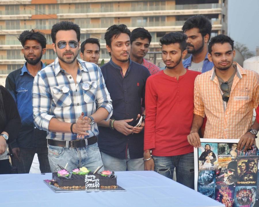 Emraan hashmi,emraan hashmi birthday,emraan hashmi birthday celebration,emraan hashmi with fans