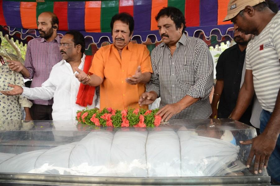 Chiranjeevi pays homage to Ranganath,Ranganath,celebs pays homage to Ranganath,actor Ranganath died,Ranganath hanged himself