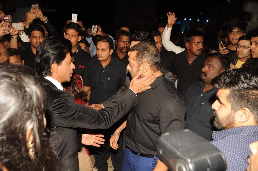 Stardust award back stage,Shahrukh Khan,Salman Khan,Stardust Awards 2015,Varun Dhawan,Kajol,Aishwarya rai Bachchan,Aishwarya