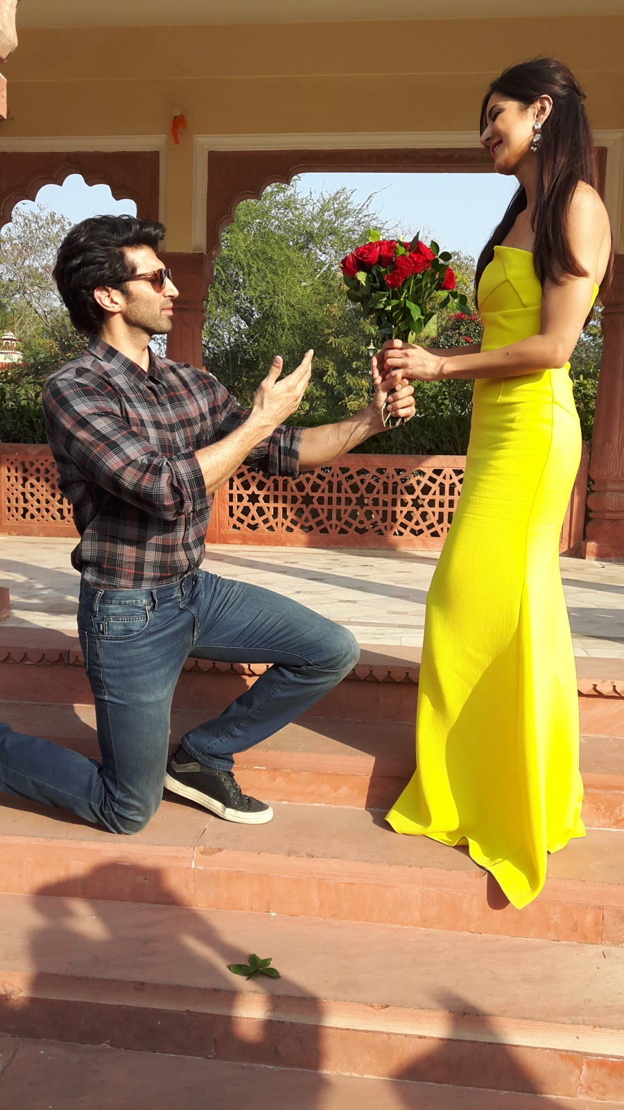 Aditya Roy Kapur,Aditya Roy Kapur gifts Katrina truck full of roses,Rose Day,International Rose Day,Katrina Kaif,Fitoor,Fitoor promotion,Aditya Roy Kapur and Katrina Kaif