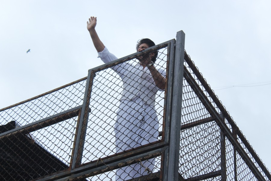 Shah Rukh Khan,Shah Rukh Khan,son AbRam greet fans on Eid at Mannat,Shah Rukh Khan with son AbRam,AbRam,Shah Rukh Khan celebrates Eid,Shah Rukh Khan celebrates Eid at Mannat,Shah Rukh Khan latest pics,Shah Rukh Khan latest images,Shah Rukh Khan latest ph