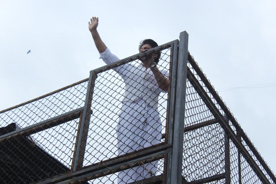 Shah Rukh Khan,Shah Rukh Khan,son AbRam greet fans on Eid at Mannat,Shah Rukh Khan with son AbRam,AbRam,Shah Rukh Khan celebrates Eid,Shah Rukh Khan celebrates Eid at Mannat,Shah Rukh Khan latest pics,Shah Rukh Khan latest images,Shah Rukh Khan latest ph