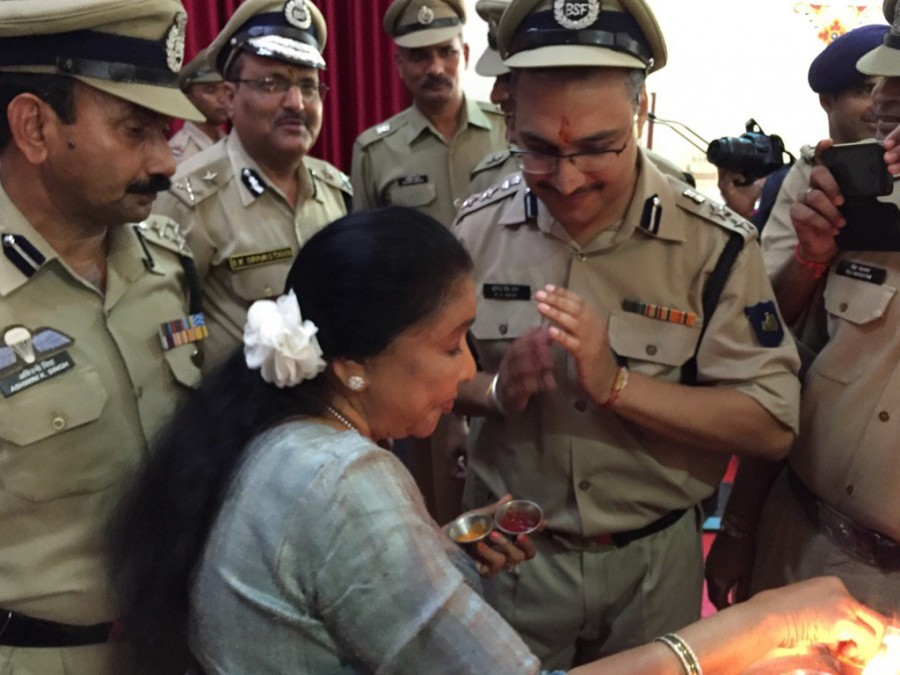 Asha Bhosle,Singer Asha Bhosle,Asha Bhosle dedicates Raksha Bandhan,Indian armed forces,Border Security Force,Raksha Bandhan,Raksha Bandhan celebrations,Raksha Bandhan pics