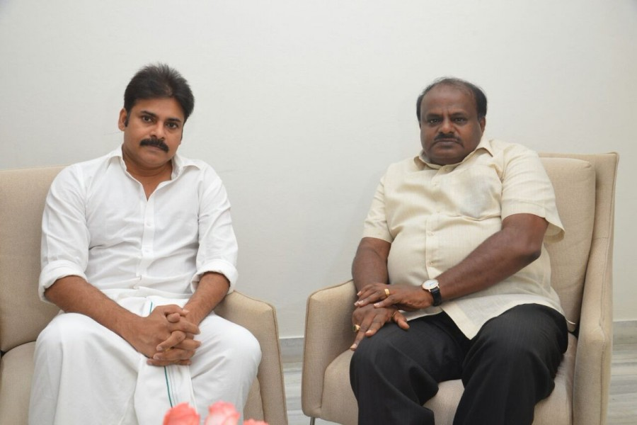 Pawan Kalyan,H. D. Kumaraswamy,CM H. D. Kumaraswamy,power star Pawan Kalyan,Jaguar Audio launch,Jaguar Audio,Nikhil Gowda,Jaguar music launch,Jaguar,Jaguar audio,Jaguar music