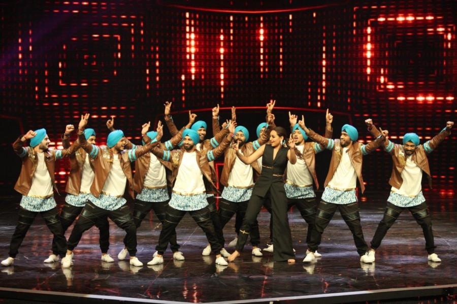 Sonakshi Sinha,Sonakshi Sinha on Dance Plus 2 stage,Sonakshi Sinha on Dance Plus 2,Dance Plus 2 stage,Akira,Akira promotion,Akira movie promotions,Remo D'Souza,Sonakshi Sinha sizzles,Sonakshi Sinha pics,Sonakshi Sinha images,Sonakshi Sinha photos