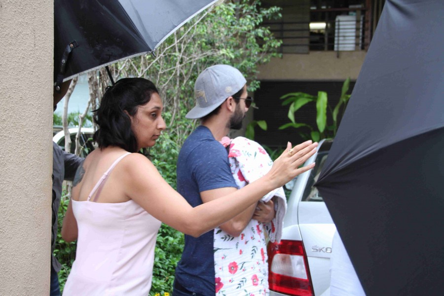 Shahid Kapoor,Shahid Kapoor with his new born baby,shahid kapoor mira rajput,Shahid Kapoor with his daughter,Shahid Kapoor daughter,Mira Rajput daughter