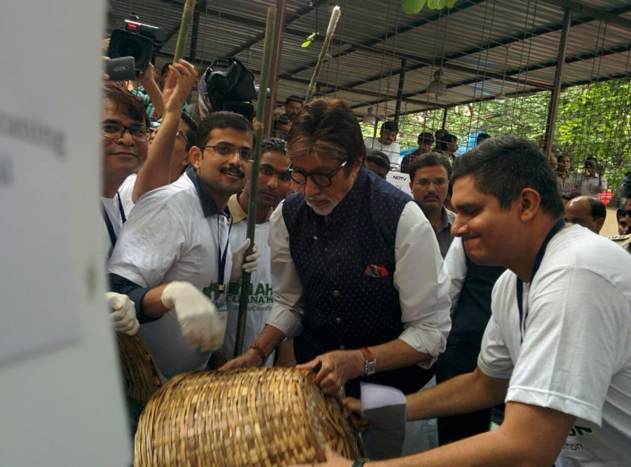 Amitabh Bachchan,Megastar Amitabh Bachchan,Amitabh Bachchan participates Swachh Bharat,Amitabh Bachchan participates Swachh Bharat Abhiyan,Swachh Bharat Abhiyan,Swachh Bharat campaign,Amitabh Bachchan joins Swachh Bharat campaign,Big B picked up a broom